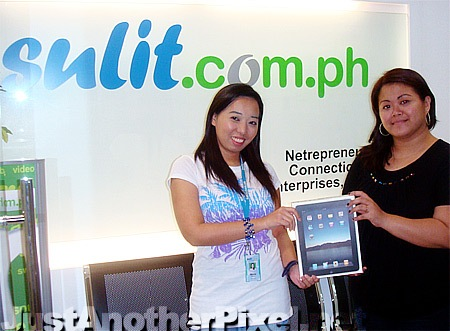 Me with Sulit admin Heide (hscanlas) giving me my Apple iPad prize - PinayReviewer.com